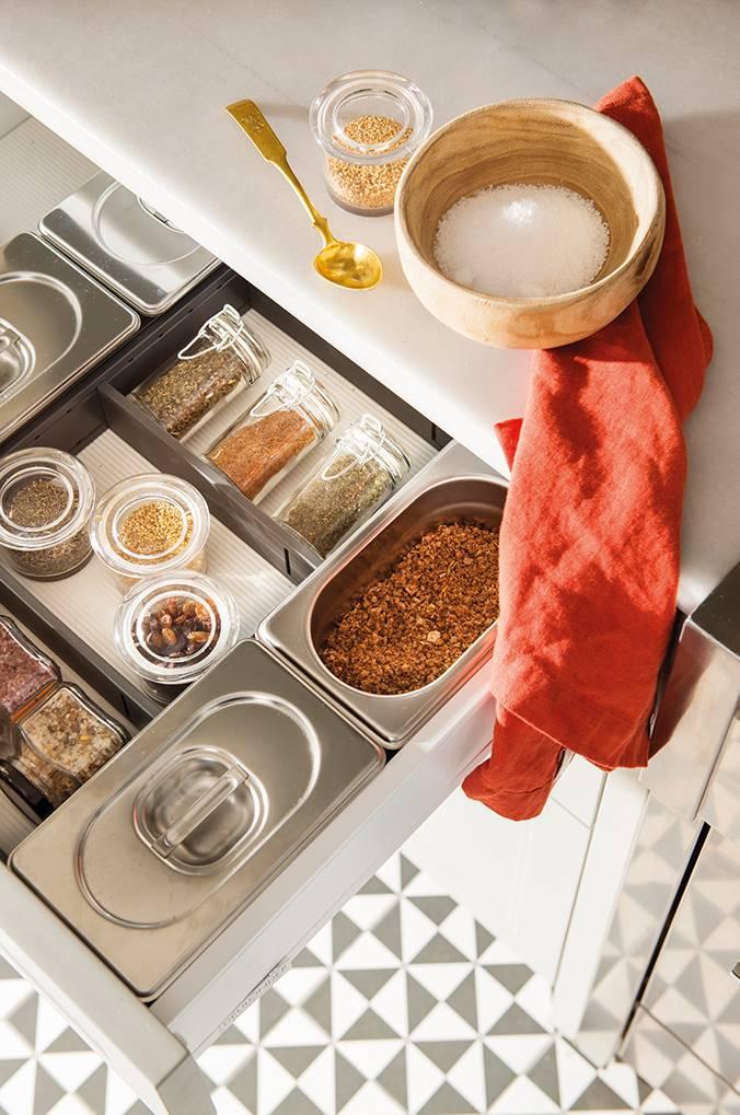 cajon de cocina con especias